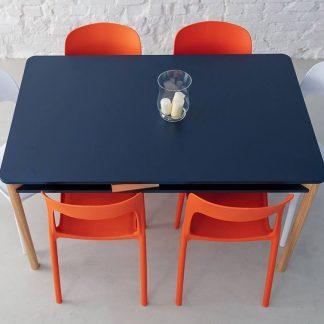 Granatowy stół zeen z półką pod blatem