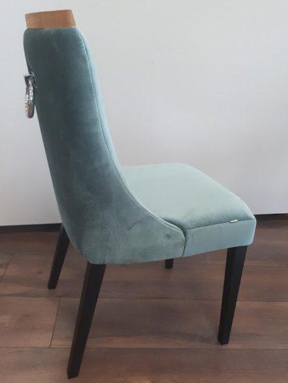 Krzesło tapicerowane jacob z pionowymi przeszyciami na oparciu