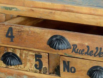Drewniany stolik pati na metalowych kółkach