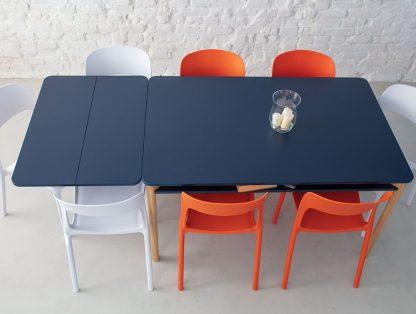 Granatowy rozkładany stół zeen z półką pod blatem