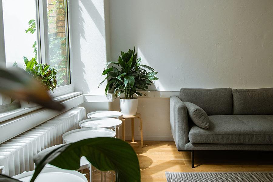 Komfortowe zestawy wypoczynkowe – sofa czy fotel w modnych wnętrzach?