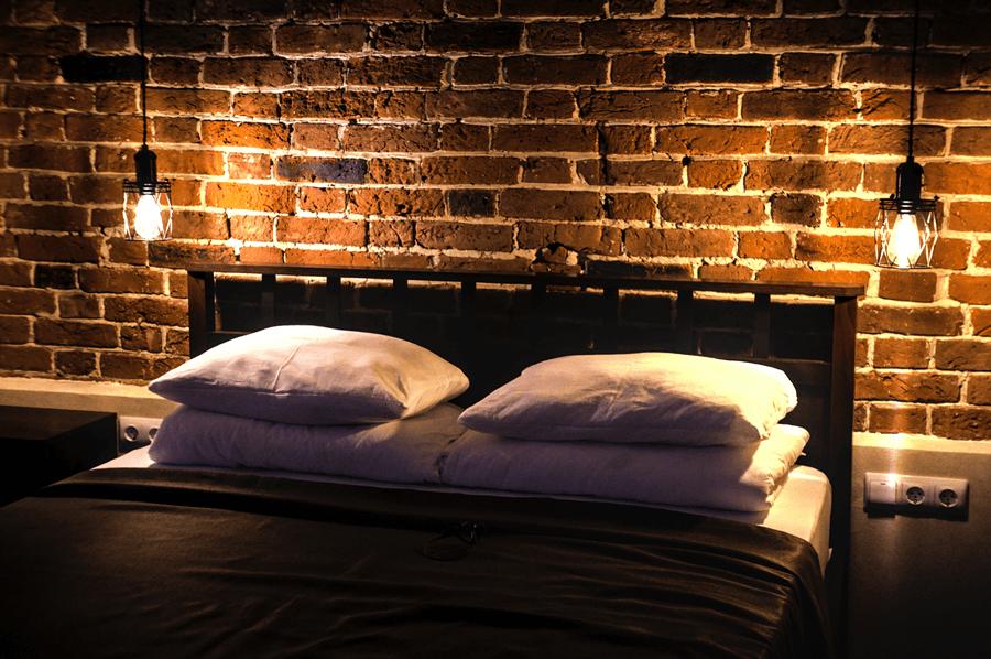 Sypialnia w stylu industrialnym - jak dobrać meble?