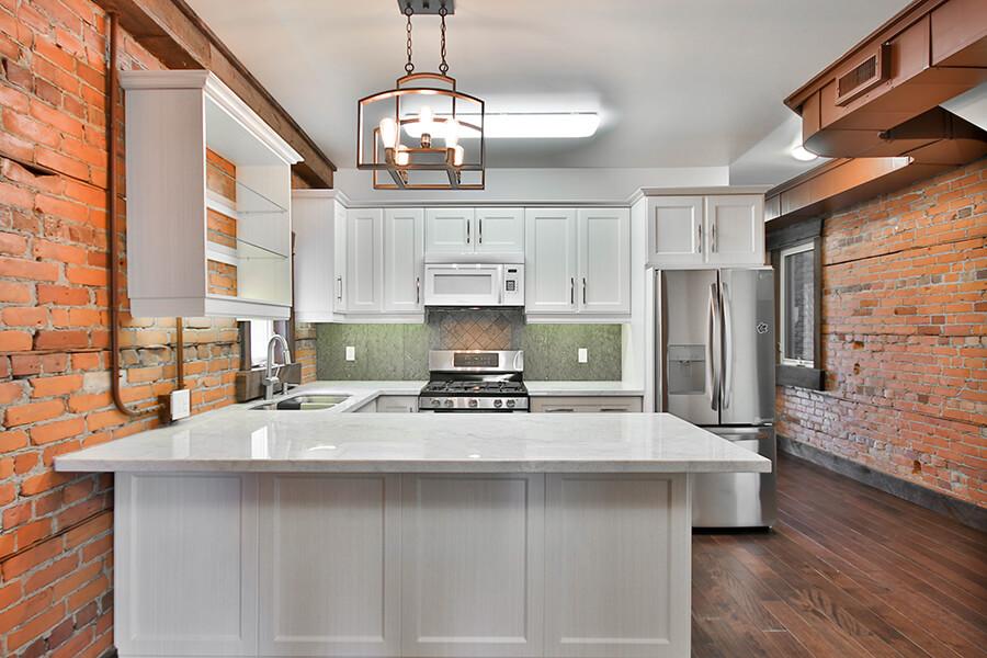 Styl loftowy salon z kuchnią w nowoczesnych mieszkaniach
